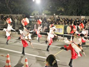 踊りながら太鼓演奏する男子学生