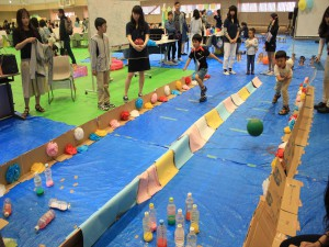 学生たちが、楽しい子どもの広場を提供