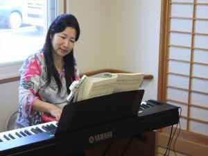 会場を盛り上げた明楽みゆきさんのピアノ演奏
