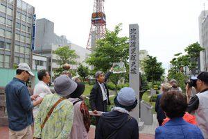 旧道をゆくバスツアーでガイドをする田山さん(中央)=2015年6月27日