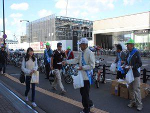 街頭啓発活動を行う期成会メンバー=2015年9月30日、地下鉄福住駅前