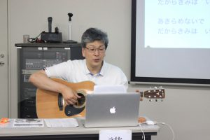 患者を励ます自作の歌を歌う川西先生