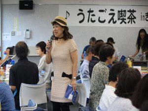 会場を盛り上げる司会の藤容子さん
