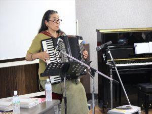 伴奏するKibanaさん