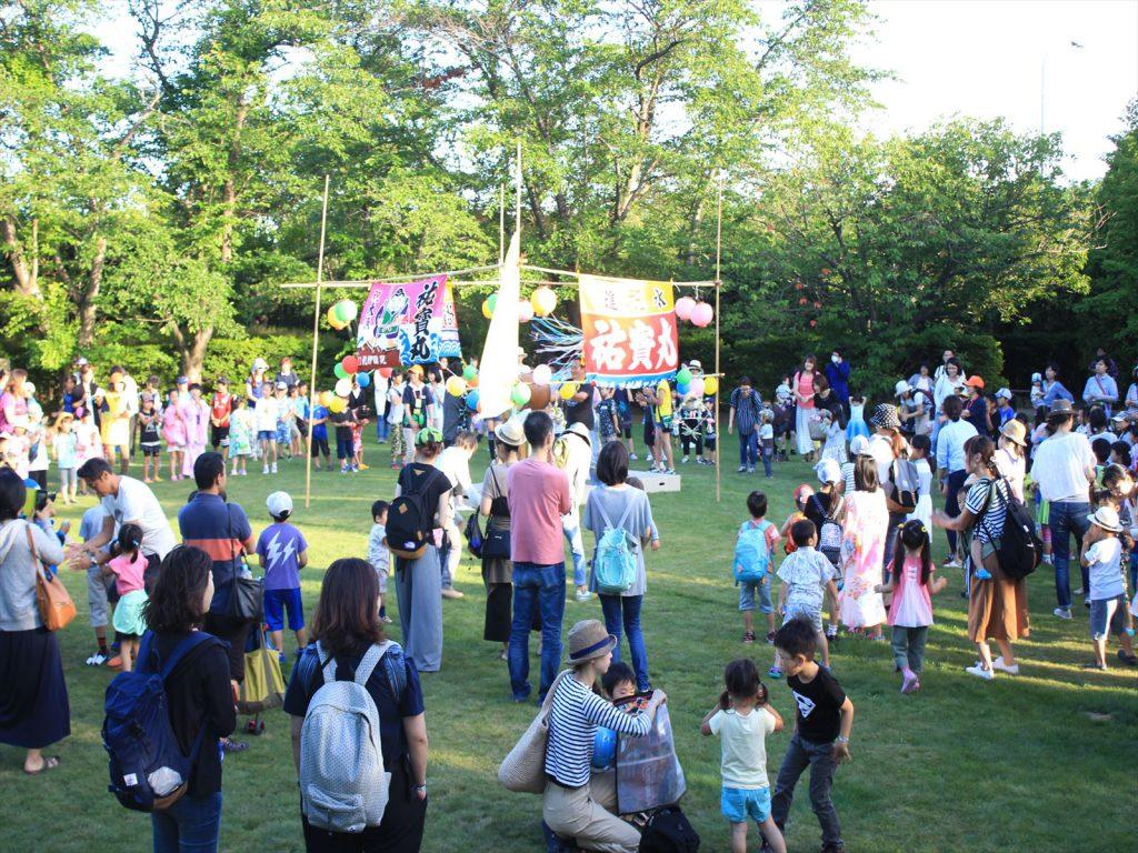 平岡樹芸センターの芝生広場で行われた子供盆踊り