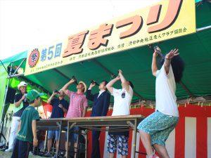 ビール早飲み競争。高木宏寿衆院議員(右から3人目)が飛び入り参加