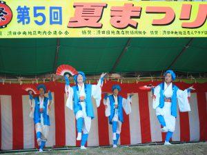 地域の女性が伝統の踊りを披露