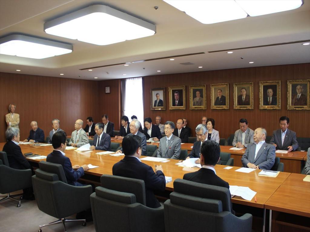 地域を代表して秋元市長に要望する地下鉄東豊線建設期成会=向こう側