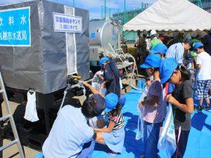 清田南小学校児童も参加。給水体験をする