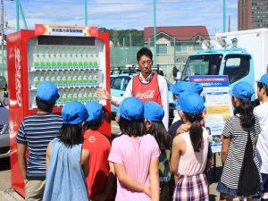 災害時に無料で飲み物が出てくるコカコーラの防災協力自動販売機を展示。全道に1300台設置。