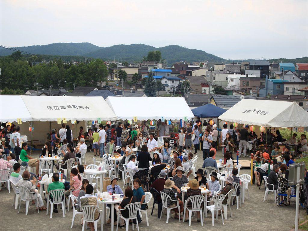 まちを見下ろす清田見晴台公園で開かれた清田高台町内会夏まつり=7月31日