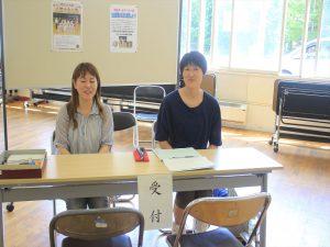 協賛金を受け付ける保護者=清田中学校で