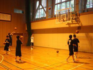 練習する部員たち=清田中学校体育館