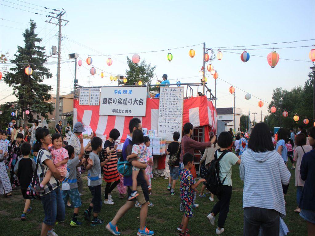 平岡北町内会の夏祭り盆踊り大会=平岡三角公園