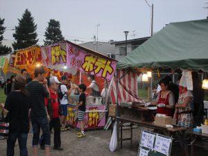 地域のお店が出店、祭りを盛り上げる
