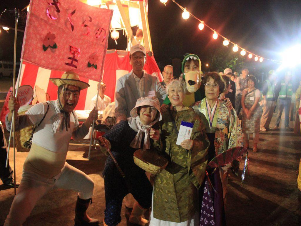 のってます。仮装盆踊り参加者のみなさん=8月15日、真栄公園