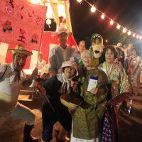 のってますね。仮装盆踊り参加者のみなさん=8月15日、真栄公園