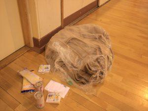 避難所に用意された毛布と非常食=北野台小学校体育館