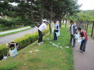 公園内のゴミ拾いをするラジオ体操会の住民