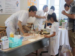 白衣を着て病院の仕事を体験