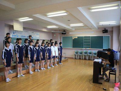 練習する真栄中学校合唱部