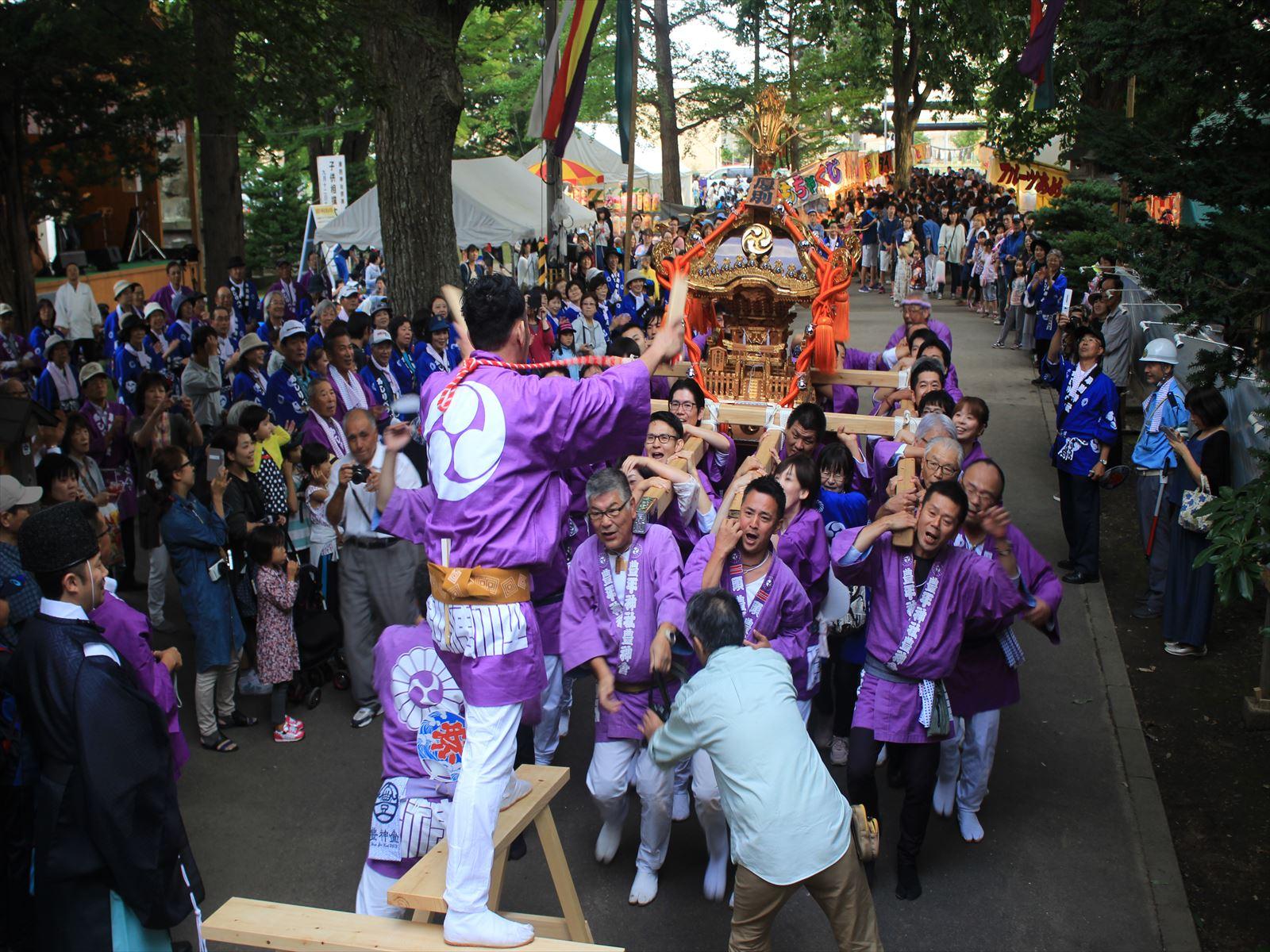 神輿を担いで宮入り。厚別神社例大祭=9月12日