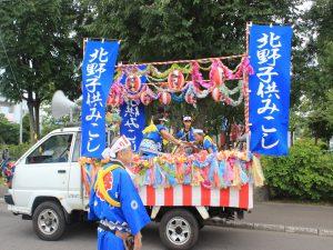 子供神輿を先導する祭り太鼓