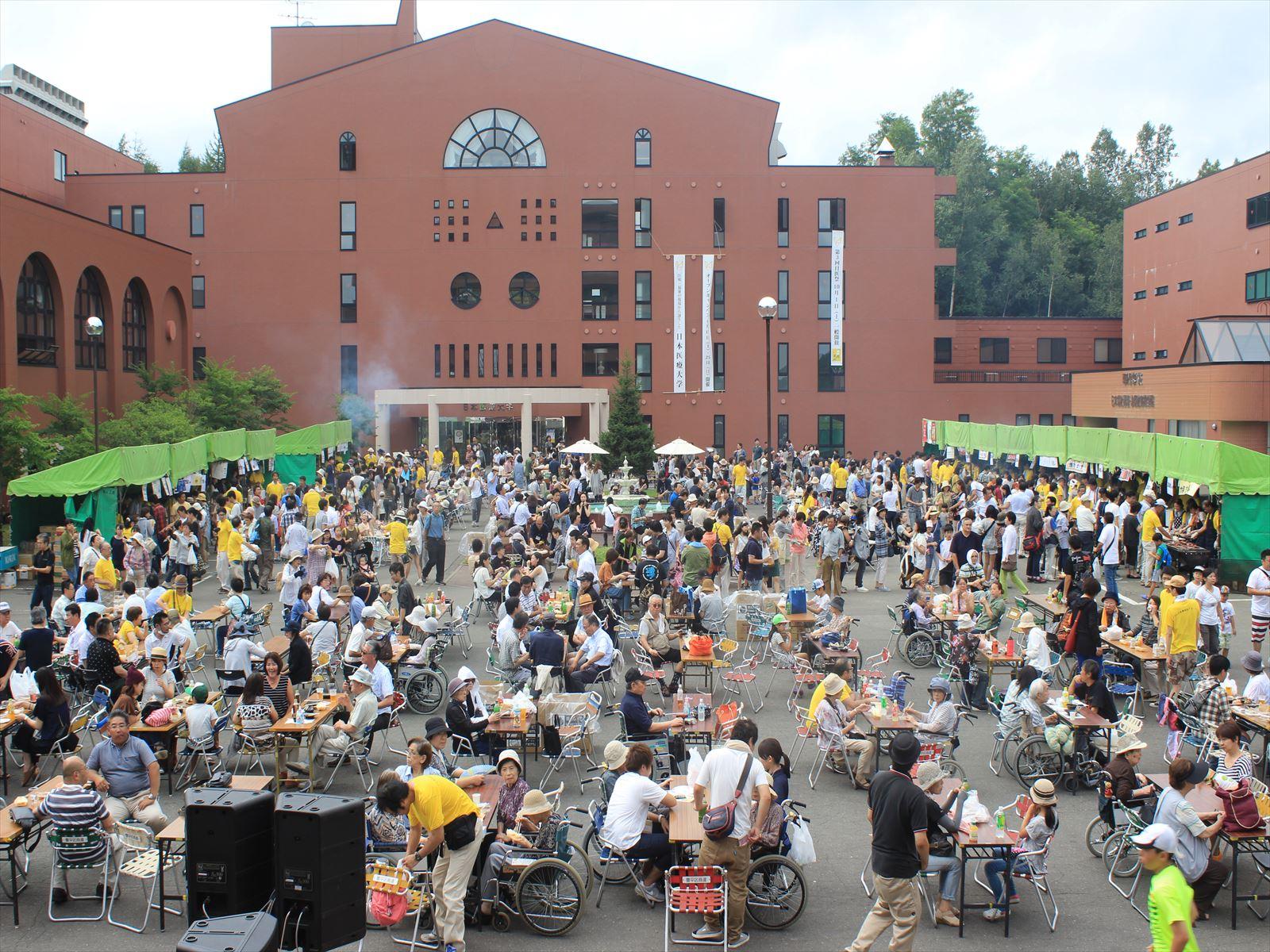 大勢の人でにぎわったアンデルセングルメ祭り=9月3日
