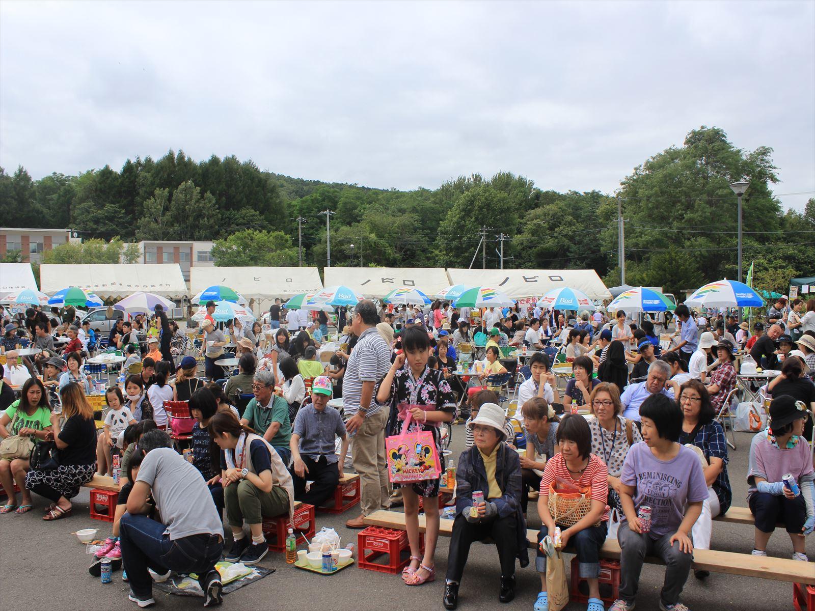 多くの人でにぎわったノビロ祭り=9月4日、清田区真栄