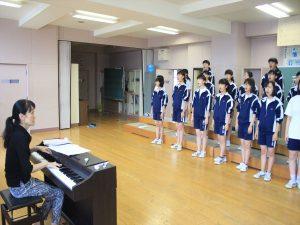 小山先生の指導を受ける部員たち