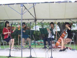 雨を避け、テント内で演奏。北大弦楽四重奏
