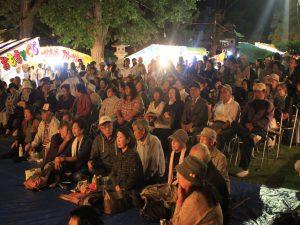 ステージのショーを楽しむ観客