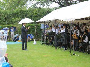 平岡中学校スクールバンド。先生は傘を差しながらの指揮に。