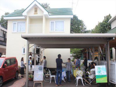 店の前にもカフェ。参加者が交流