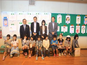 絵画コンクール入賞の児童たち