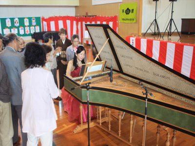 明楽みゆきさんのチェンバロ演奏。珍しそうに近くで楽器を見る地域の人たち