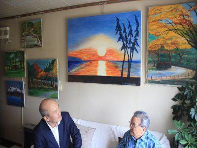 家の中は、たくさんの西村さんの絵が飾られています