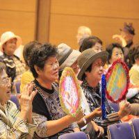 カラオケ大会、客席から熱い声援