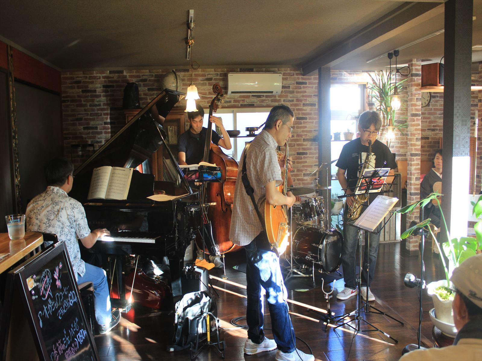 平岡の喫茶店でジャズの生演奏=カフェ「ルコラ」
