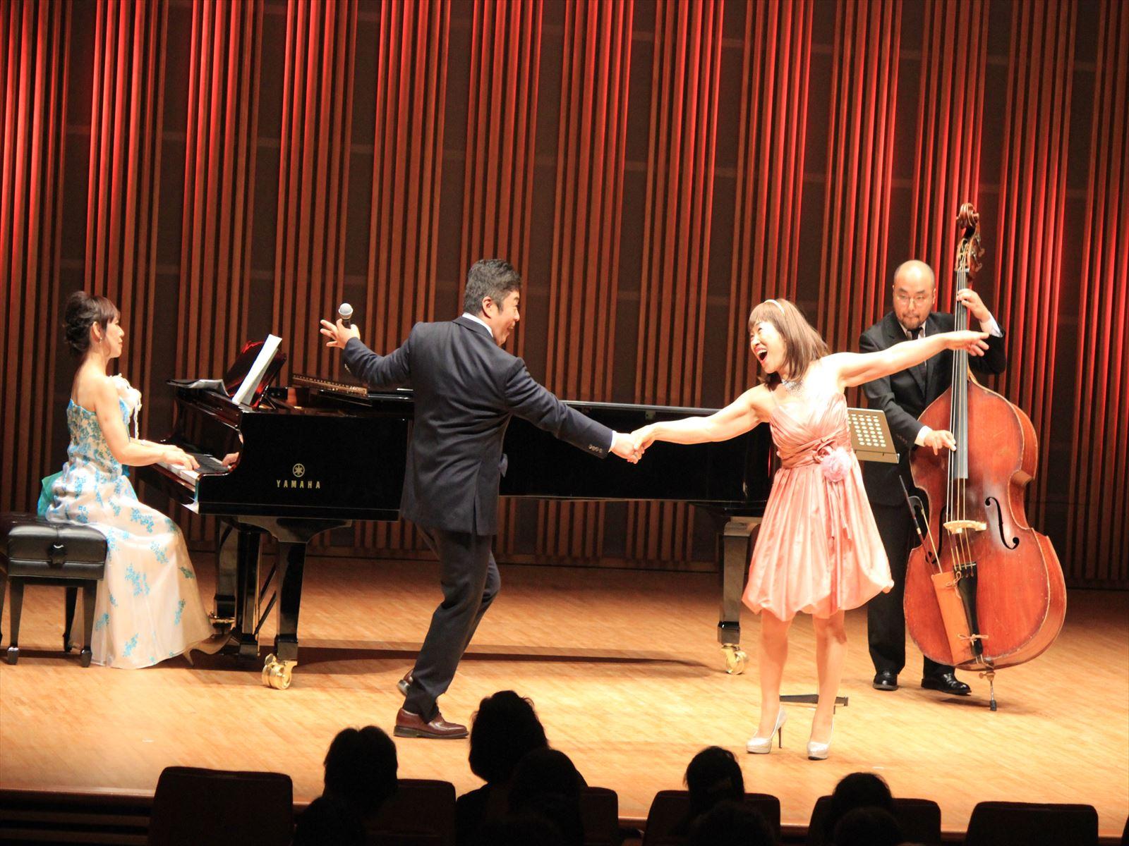 玉川健一郎さんのジャズボーカルに合わせてダンスを踊る藤容子さん
