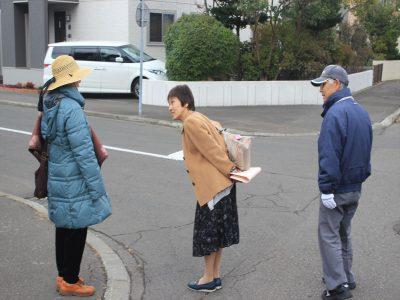 一人歩きの認知症高齢者役に声掛けする訓練参加者