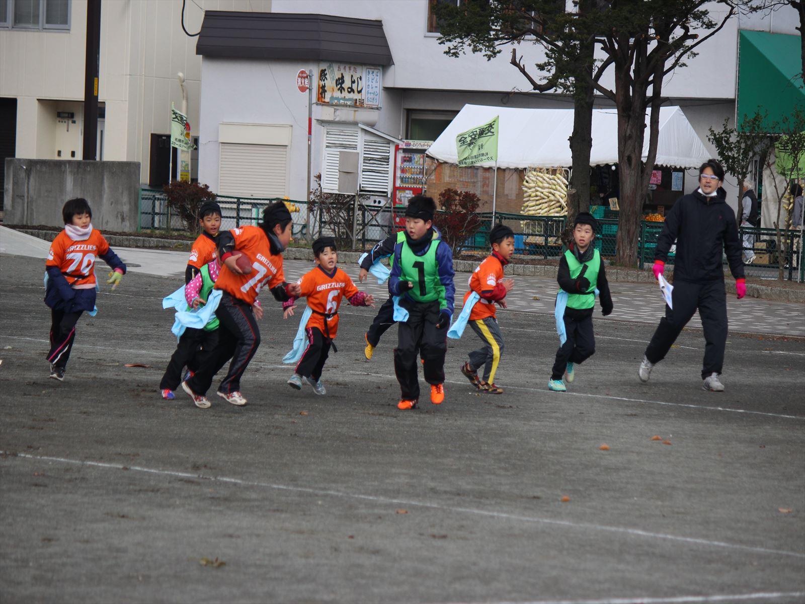 元気にプレーする小学生たち。第1回どさんこボウル=清田小学校校庭