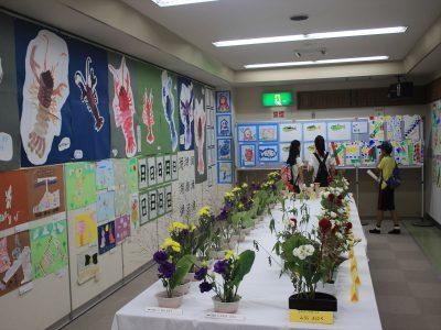 子供たちの生け花や絵画の展示コーナー