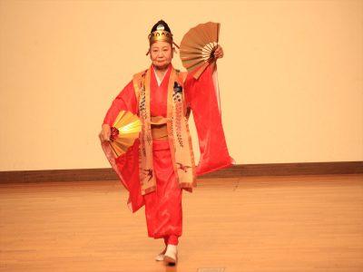 琉球舞踊を披露する石垣市の大島貞子さん