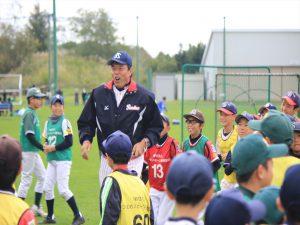 ギャオス内藤さんから指導を受ける野球少年たち