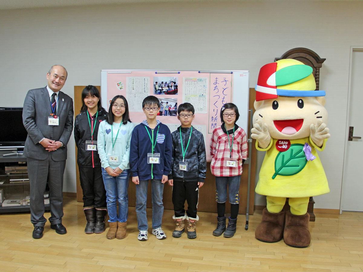 子どもまちづくり体験に参加した児童。きよっちと区長と記念写真=11月24日