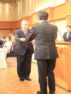 秋元市長から表彰状を受け取る