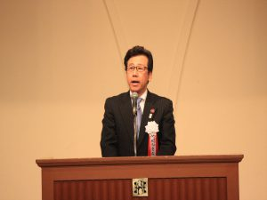 感謝の言葉を述べる秋元市長