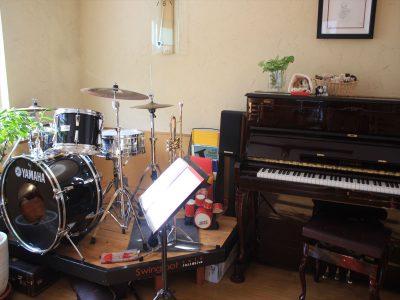 店内に常設してあるピアノとドラム